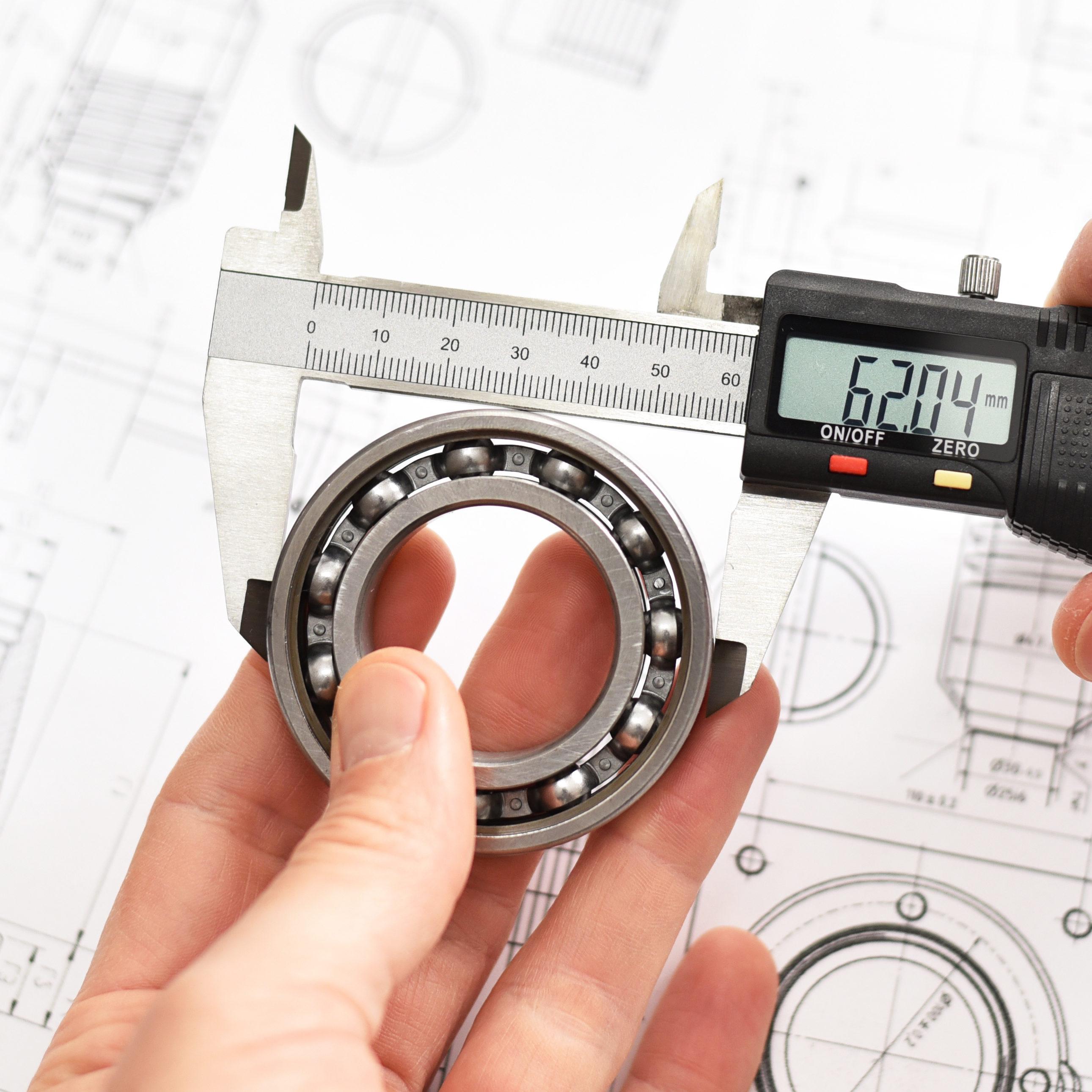 Präzision im Maschinenbau - Kontrolle der Maße mit digitalem Messschieber eines Kugellagers // engineering